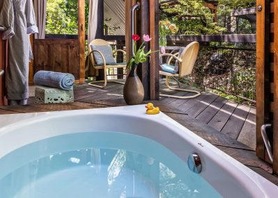 Outdoor Soaking tub for two in Live Oak Room